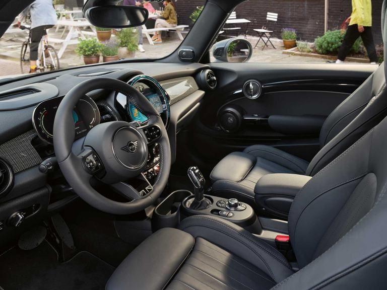 MINI 3-door Hatch – cockpit and steering wheel – black leather